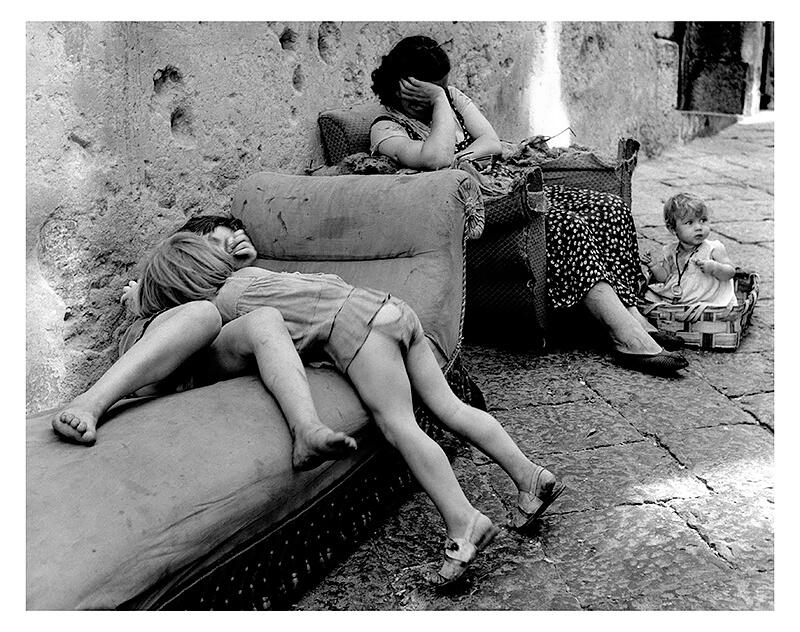 Sabine Weiss - Une rue à Naples