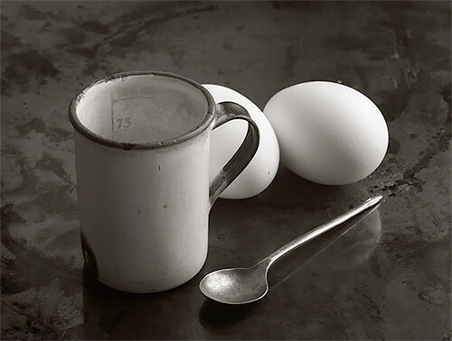Mug, spoon and eggs, 1983<p>© Kristoffer Albrecht</p>