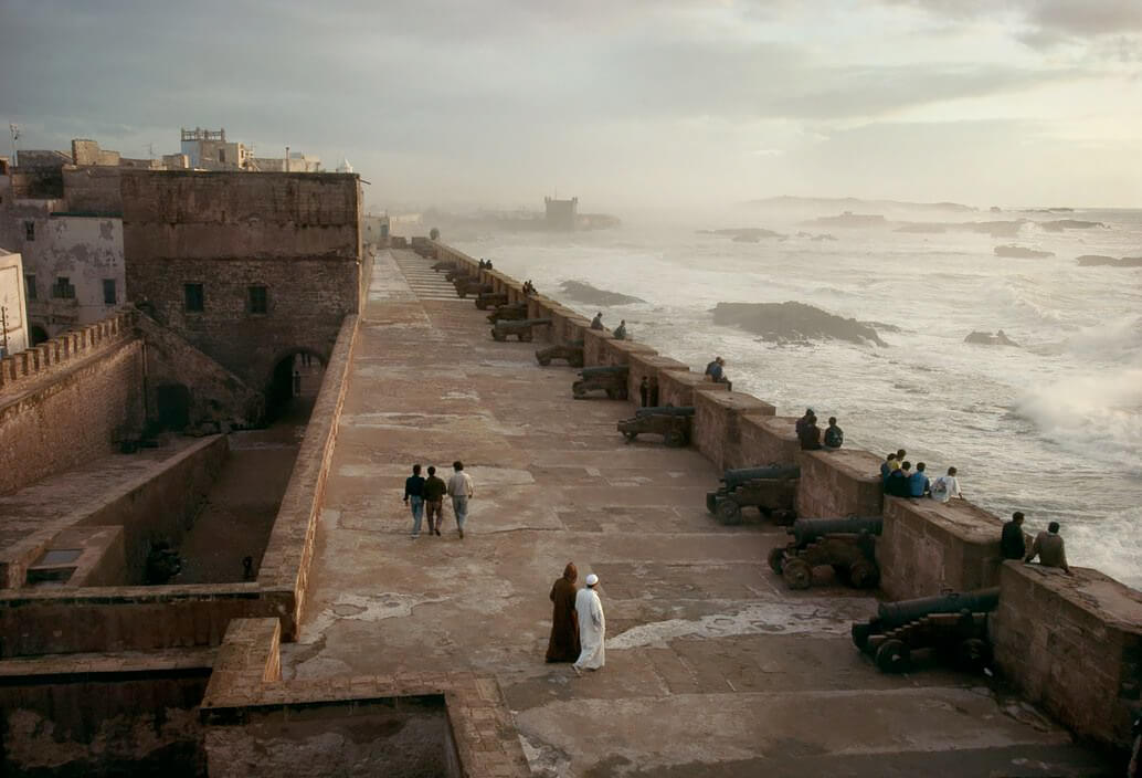 "Town of Essaouira. ""Squala"" of the Kasbha. The fortified ramparts with canons of 16th and 17th centuries. 1991<p>Courtesy Magnum Photos / © Bruno Barbey</p>"