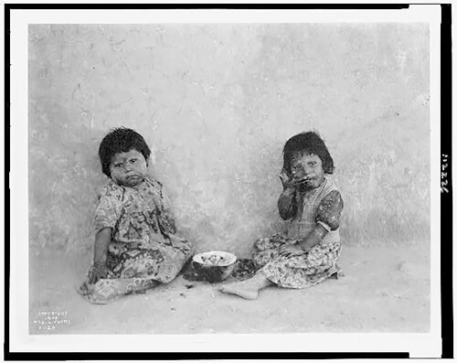 Edward S. Curtis - Moki melon eaters  1900 ©Library of Congress, Prints & Photographs Division, Edward S. Curtis Collection