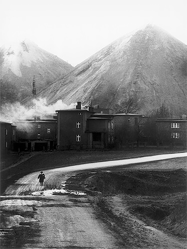 Slagheaps of the Rymer Mine, Rybnik, 1978<p>Courtesy MMX Gallery / © Michal Cala</p>