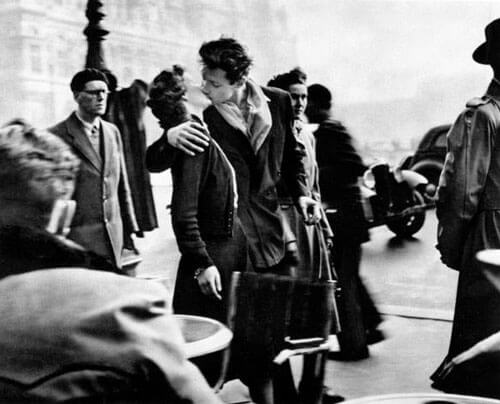 Robert Doisneau - The Kiss at City Hall, 1950
