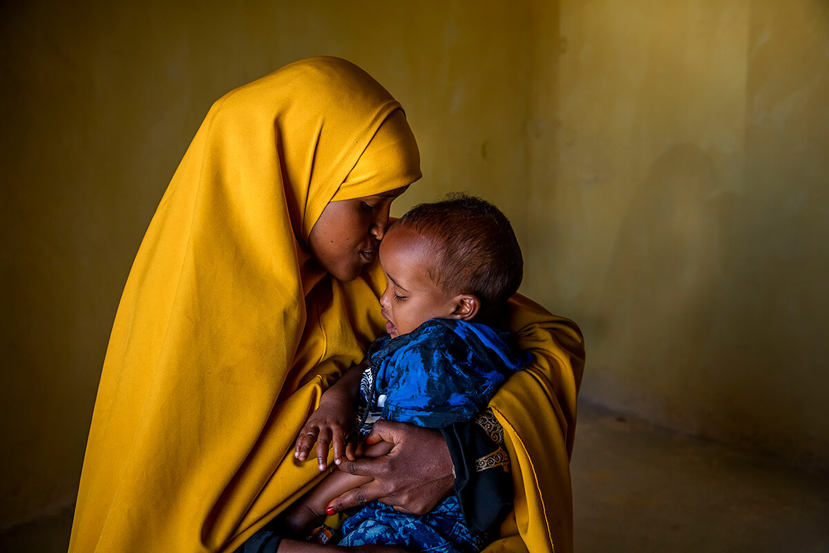 Fardouse Ibrahim Aden, 22, with her youngest child Ahmed who is one year old. <p>© Georgina Goodwin</p>