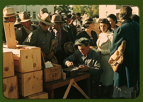 Russell Lee - Distributing surplus commodities in St. Johns, Arizona, in late 1940.