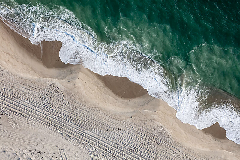 Shoreline Waves at Smith's Point, Nantuket, Massachusetts 2018<p>© Alex MacLean</p>