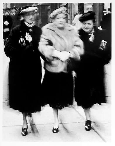 Jay Maisel - Three ladies, front view mid 1950s