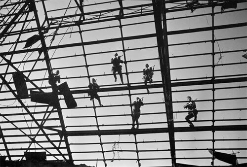 Combat on glass roof lathing of a factory assembly shop. Stalingrad, autumn 1942<p>© Arkady Shaikhet</p>
