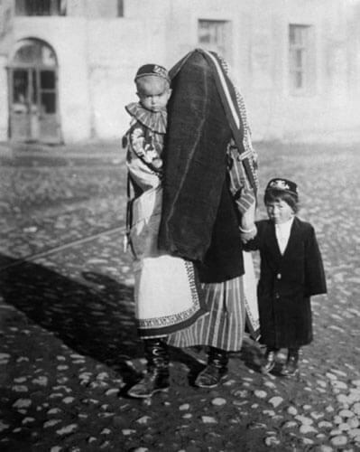 All in the past. Uzbek woman wearing paranja with children. 1928<p>© Arkady Shaikhet</p>