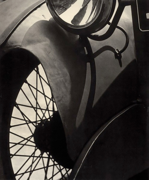 Wire Wheel, New York, 1920<p>Courtesy Aperture Foundation, Inc., Paul Strand Archive / © Paul Strand</p>