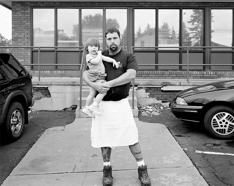 Jimmy Dunn holding daughter, Elizabeth, Barberton, OH, 2003<p>© Joe Vitone</p>